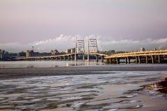 Vista sul ponte di cavo e del raccordo anulare sull'isola di Vasilievsky Immagine Stock
