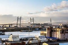 Vista sul ponte di cavo e del raccordo anulare sull'isola di Vasilievsky Fotografia Stock Libera da Diritti