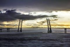 Vista sul ponte di cavo e del raccordo anulare sull'isola di Vasilievsky Fotografie Stock