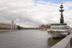Vista sul ponte patriarcale Nella priorità alta è la nave Valery Br Fotografia Stock