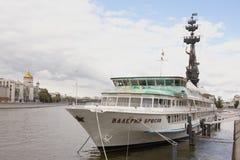 Vista sul ponte patriarcale Nella priorità alta è la nave Valery Bry Immagine Stock Libera da Diritti