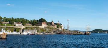 Vista sul porto del fiordo di Oslo e sulla fortezza di Akershus fotografie stock libere da diritti