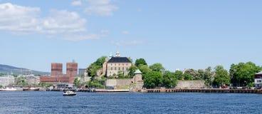 Vista sul porto del fiordo di Oslo e sulla fortezza di Akershus fotografia stock