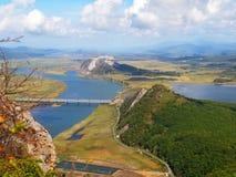 Vista sul River Valley Partizanskaya e sul fratello del supporto, autunno Immagini Stock