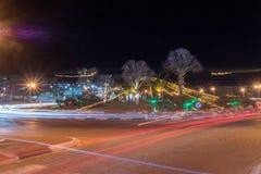 Vista sul traffico cittadino di notte alla rotonda con esposizione lunga immagine stock libera da diritti