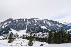 Vista sul villaggio durante l'inverno nelle alpi Fotografie Stock