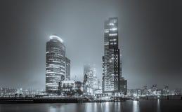 Vista sul Wilhelminakade di notte e sulla nebbia in bianco e nero Immagine Stock Libera da Diritti