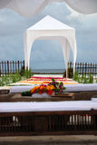 Vista sull'altare di cerimonia nuziale sulla spiaggia Immagine Stock Libera da Diritti