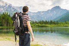 Vista sull'escursione turista e del lago vicino alle alpi in Almsee in Austria Fotografia Stock