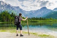 Vista sull'escursione turista e del lago vicino alle alpi in Almsee in Austria Immagine Stock