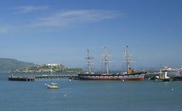 Vista sull'isola di Alcatraz e sulla barca di Balclutha, vista da Marine Headlands, San Francisco, California, U.S.A. Fotografie Stock