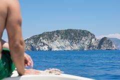 Vista sull'isola Marathonisi della tartaruga dalla barca fotografie stock