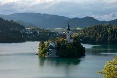 Vista sull'isola nel lago sanguinato Fotografia Stock Libera da Diritti