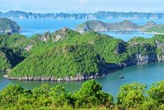 Vista sulla baia di lunghezza dell'ha da Cat Ba Island Fotografie Stock Libere da Diritti
