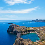 Vista sulla baia di St Paul in Lindos, Rodi, Grecia fotografia stock