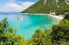 Vista sulla baia stupefacente con la bella spiaggia in Dalmazia del sud, Croazia fotografie stock