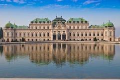 Vista sulla bella fontana davanti al palazzo di Schonbrunn in Vien Immagini Stock