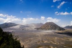 Vista sulla caldera di vecchio vulcano Tengger con il volc di Batok e di Bromo Immagini Stock