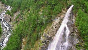 Vista sulla cascata vicino al Cervino in svizzero Fotografia Stock Libera da Diritti