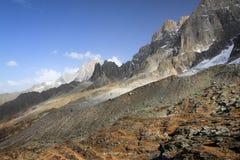 Vista sulla catena montuosa del de Aiguille du Midi di piano a Chamonix-Mont-Blanc, Francia Immagini Stock