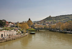 Vista sulla chiesa di Metekhi, fiume Kura dal ponte di pace, Tbi Fotografia Stock Libera da Diritti