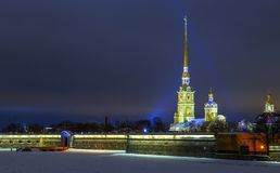 Vista sulla chiesa di Paul e di Peter sulla notte di inverno, incandescenza dalla luce di tramonto nei precedenti, Sankt-Peterbur fotografia stock libera da diritti