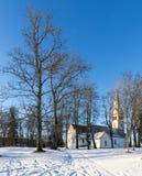 Vista sulla chiesa medievale in Krimulda, Lettonia, Europa Immagini Stock
