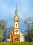 Vista sulla chiesa medievale in Krimulda, Lettonia, Europa Fotografie Stock