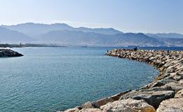 Vista sulla città di Aqaba da una diga di Eilat Fotografie Stock Libere da Diritti