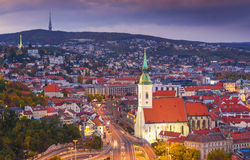 Vista sulla città di Bratislava e sulla cattedrale di St Martins sopra il Danubio in capitale Bratislava, Slovacchia Fotografie Stock