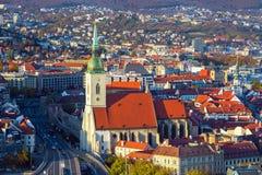Vista sulla città di Bratislava e sulla cattedrale di St Martins sopra il Danubio in capitale Bratislava, Slovacchia Fotografia Stock