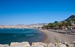 Vista sulla città di Eilat dalla spiaggia nordica Fotografie Stock Libere da Diritti