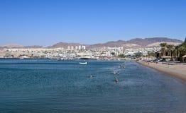Vista sulla città di Eilat dalla spiaggia nordica Immagine Stock