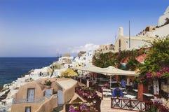 Vista sulla città di OIA con un caffè sulla priorità alta Santorini, Fotografie Stock Libere da Diritti