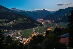 Vista sulla città e sulle alpi di Zell Ziller alla notte Fotografia Stock Libera da Diritti