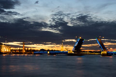 Vista sulla fortezza di Paul e di Peter e sul ponte alzato nelle notti bianche di estate, St Petersburg del palazzo Fotografia Stock Libera da Diritti