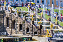 Vista sulla grande fontana della cascata in Peterhof, Russia Immagine Stock
