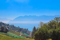 Vista sulla linea costiera di Montreux dal lago geneva, Svizzera Immagini Stock
