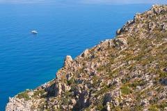 Vista sulla linea costiera e sull'oceano della roccia dalla traccia di escursione sull'isola greca Telendos Immagini Stock Libere da Diritti