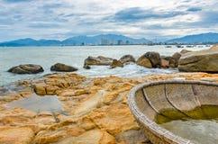 Vista sulla piccola isola con il coracle tradizionale nel Vietnam Immagini Stock Libere da Diritti