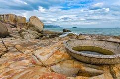 Vista sulla piccola isola con il coracle tradizionale nel Vietnam Immagini Stock