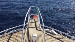 Vista sulla prua dell'yacht che galleggia sul hd completo del mare archivi video
