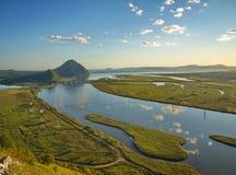 Vista sulla sorella del supporto e sul fiume Partizanskaya dalla montagna t Immagine Stock