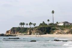 Vista sulla spiaggia con la gente Fotografia Stock Libera da Diritti