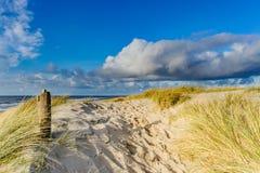 Vista sulla spiaggia dalle dune di sabbia Fotografie Stock Libere da Diritti