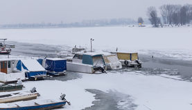 Vista sulla spiaggia di lido in fiume congelato Danubio Fotografia Stock