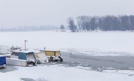 Vista sulla spiaggia di lido sul fiume congelato Danubio Fotografia Stock Libera da Diritti