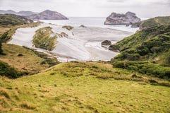 Vista sulla spiaggia di Wharariki fotografie stock libere da diritti