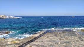 Vista sulla spiaggia maltese rocciosa immagini stock libere da diritti