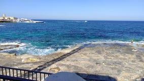 Vista sulla spiaggia maltese rocciosa immagini stock